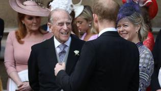 Prinz Philip (l), Duke of Edinburgh, spricht mit Prinz Harry (r), Duke of Sussex, nach der Hochzeit von Thomas Kingston und Lady Gabriella Windsor.