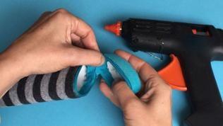Reißverschluss öffnen und an den Deckel kleben. Besonders darauf achten, dass der Deckel und das Unterteil passgenau verbunden werden. Kurz abkühlen lassen und Reißverschluss zur Probe schließen.