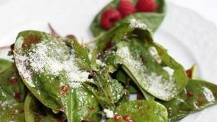 spinatsalat mit himbeeren mit dünn parmesan bestreut