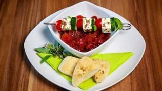 Mediterran marinierte Tomatenwürfel mit Fetaspieß und gebackenen Foccacia Ecken