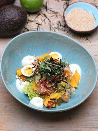 Poke Bowl - Lachs, Reis und Gemüse