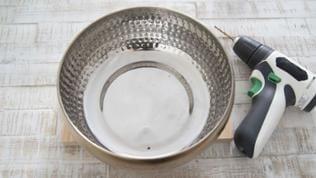 Bohren Sie in die Schale jeweils in gleichmäßigen Abständen 3 Löcher. Für die Metallschale bitte einen Metallbohrer verwenden und ein Holz unterlegen, damit das Bohrloch nicht ausfranst.