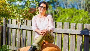 Saziye Diener sitzt auf Riesenmöhre