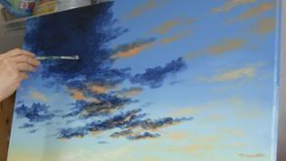 Mit beiden Borstenpinseln dunklere Wolken mit dunklen Blautönen malen. Die Lichter werden am unteren Rand der Wolken mit helleren Farben aufgetragen. Wolken nicht ausmalen und ohne harte Ränder malen.
