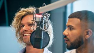 Matt und Dominique von der Gruppe Feuerherz beim Interview im SWR4 Studio.