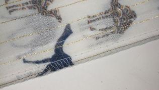 Die zwei Rockteile bei 1cm Nahtzugabe zusammennähen und mit einem Zickzack Stich oder Overlock versäubern. Nähte glattbügeln.
