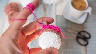 Nun den Rand in der Farbe pink an die vorderen Maschenglieder der Runde 13 um das Cupcake häkeln. Dabei zeigt die Oberseite des Cupcake zum Häkler.