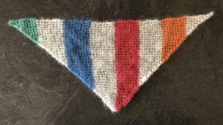 Das quergestrickte Dreiecks-Tuch wird quer, von Spitze zu Spitze gestrickt. Die Form entspricht dem klassischen Dreiecks-Tuch.