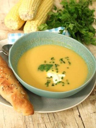 Maissuppe mit Kräutern und Dinkelstangen