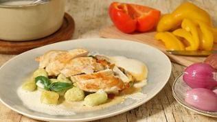 Hühnchen mit Basilikum-Gnocchi und Peperonata
