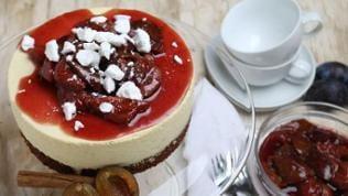 Mousse-Torte mit Zwetschgenkompott