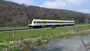 Der Kontrast zum Zementwerk - die idyllische Landschaft der Schwäbischen Alb. Hier mit einem Neigetechnikzug, Baureihe 612 im neuen Landesdesign.