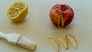 Für die Deko schneidet der SWR4-Backexperte einen Apfel in ganz feine Scheiben.