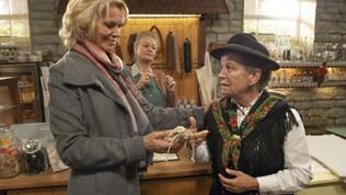 Kati, Johanna und Lioba im Hofladen. Lioba gibt Kati ein Kräutersäckchen.