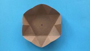 Faltschritt 4 und 5 mit den anderen beiden Spitzen des Dreiecks wiederholen. Es ist eine Sternform mit sechs Spitzen entstanden.