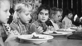 Kinder während einer Mahlzeit im Kurheim