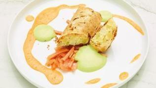 Lauchstrudel mit Papayasauce, Lauchschaum und Tomaten-Ingwer-Salat