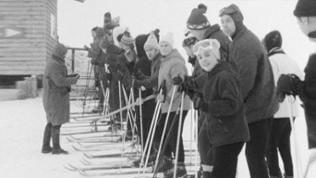 Skifahrer in der Liftschlange 1969
