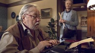 Folge 1044 - Hermann sitzt an der Schreibmaschine, Johanna steht im Hintergrund