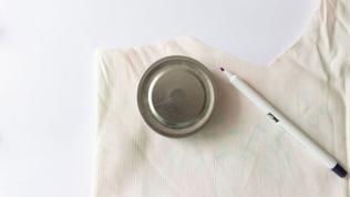 Im ersten Schritt ein Glas in der gewünschten Größe als Schablone nutzen, um Kreise auf den Baumwollstoff vorzuzeichnen. So viele Kreise vorzeichnen, wie man Kosmetikpads nähen will.