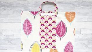Den Taschenverschluss mittig auf einer Taschenseite (Klettverschluss ist oben) festnähen.