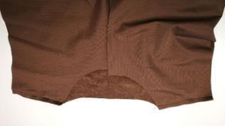 Die Schulternähte aufeinander stecken und bei 1cm zusammennähen. Die Nähte auseinanderbügeln. Ein Versäubern ist bei diesem Material nicht notwendig!