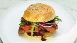 Steak-Burger mit Röstpaprika, Rucola und BBQ-Sauce