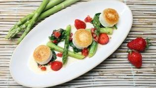 Grüner Spargel mit Erdbeeren, Spinat und Ziegenkäse