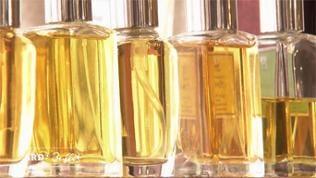Fünf aufgereihte Parfumflacons mit gelbem Inhalt