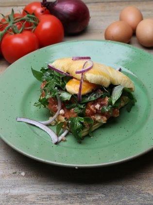 Tomaten und Eier aus der Pfanne