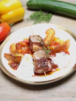 Fleischspieße mit Grillkäse und Schinken-Tomaten-Sauce