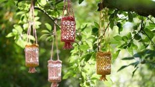 Häkelwindlichter hängen am Baum
