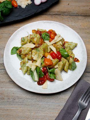 Basilikumgnocchi mit geschmorten Tomaten