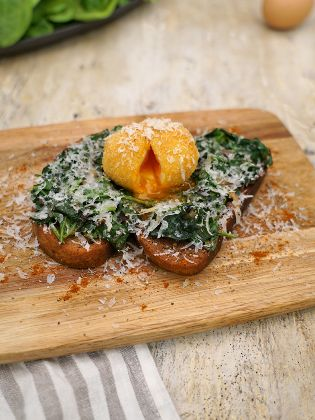 Röstbrot mit Spinat und gebackenem Ei