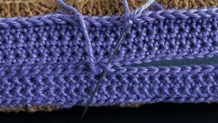 Die beiden Teile rundum zusammennähen, nach der 3. Seite das Sitzpolster einschieben, dann die restliche Öffnung schließen, Fäden vernähen.