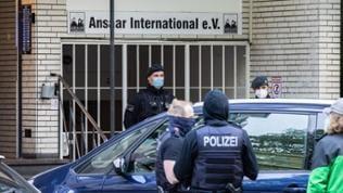 Polizeibeamte stehen vor dem Gebäude des Vereins Ansaar International