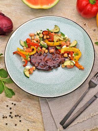 Schweinehalssteak mit Grill-Gemüse-Salat