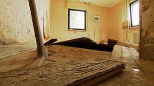 Ein von der Flut in Bad Neuenahr-Ahrweiler zerstörtes Zimmer