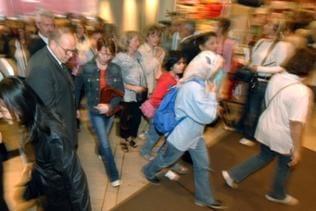 Eilende Menschen im Einkaufsstress