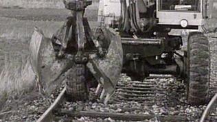 Bagger reißt Schienen raus