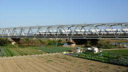 Der Shinkansen auf einer Stahlbrücke