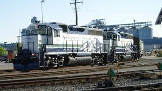 Whistler Mountaineer Zug. Auf seiner Fahrt von den Bergen hinab ans Meer nach Vancouver begegnen wir ihm zum ersten Mal.