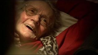 Oma Sophie lächelt ihre Betreuerin an