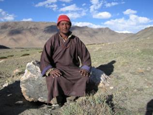 Der Nomade Angschuk ruht sich auf einem Stein aus
