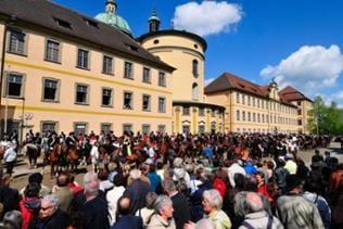 Zuschauer und Reiter beim Blutritt in Weingarten