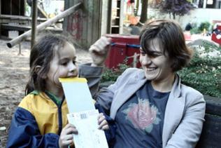 Das Lachen ist ihr nicht vergangen: Kathi mit Tochter