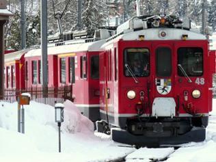 Roter Zug in Schneelandschaft