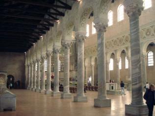 Kunstvoll gearbeiteter Säulengang im Innenraum der Kathedrale San Vitale