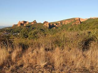 Eine interessante Felsformation oberhalb einer Ortschaft der Las Medulas