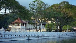 Kandy: Zahntempel vom See gesehen